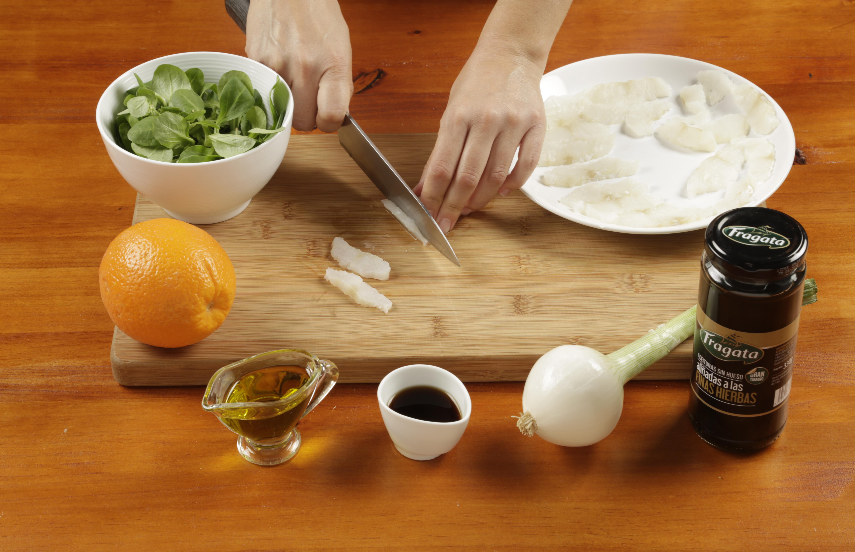 2.Semi-congelar el bacalao y cortar en laminas finas. Colocar en un plato previamente pincelado con aceite de oliva.