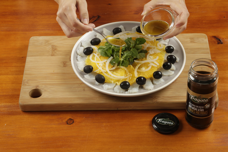 5.Añadir la cebolleta cortada en juliana fina. Mezclar el aceite con el vinagre y añadir por encima.