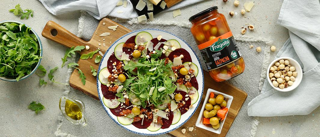 Carpaccio de calabacín y remolacha con tomates secos y aceitunas