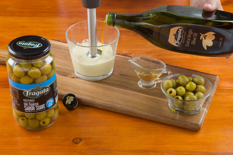 3. Incorporar el aceite de oliva poco a poco hasta obtener la densidad adecuada.