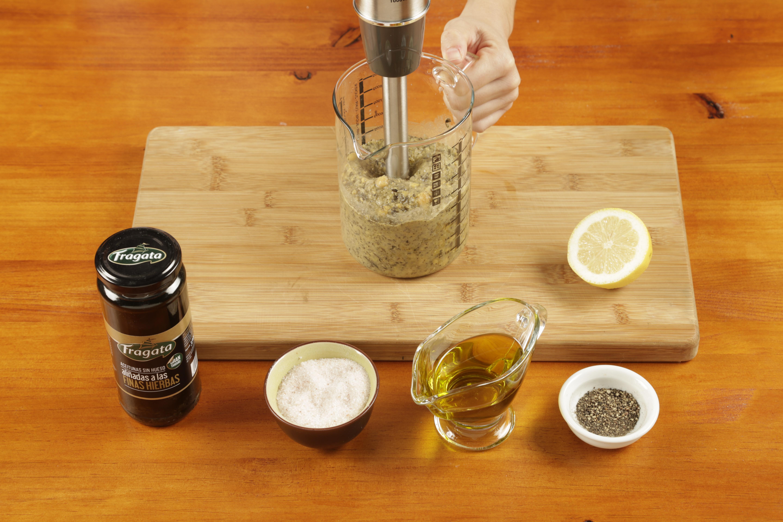 4. Triturar, añadiendo el agua hasta obtener un puré fino y sedoso y corregir el punto de sal y pimienta al gusto.