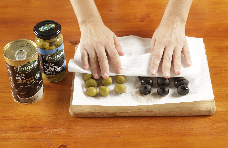1.Secar las aceitunas con papel.