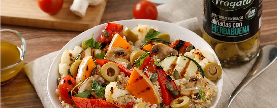Deliciosa ensalada de quinoa con verduras y aceitunas Fragata aliñadas