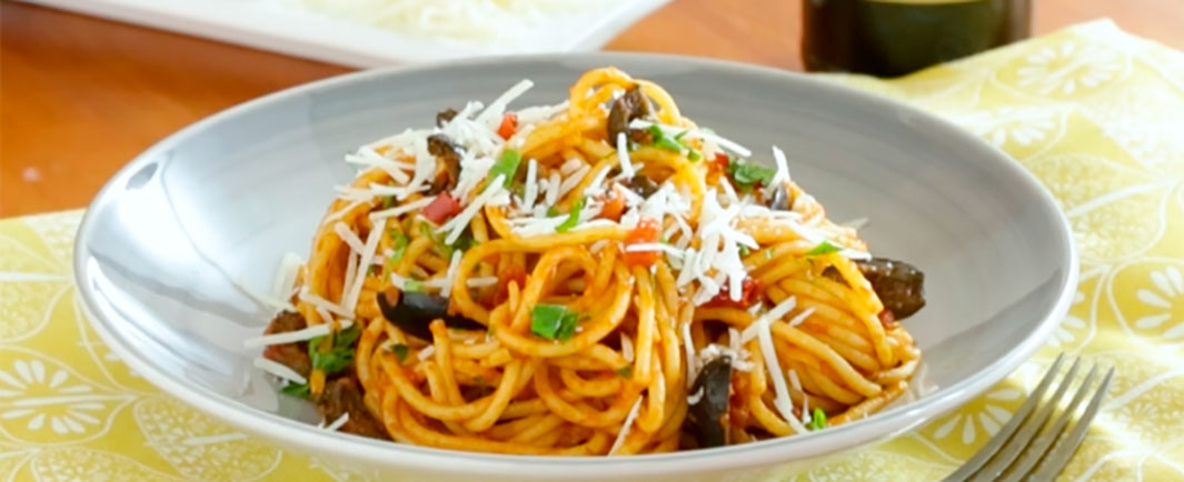 Espaguetis Putanesca acompañado de Aceitunas Fragata