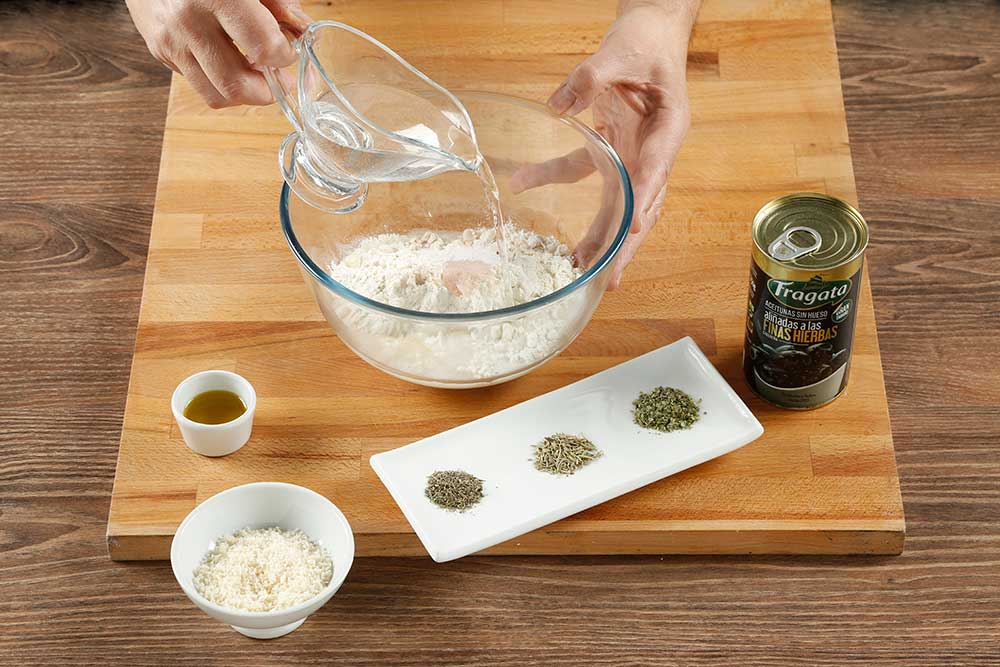 Paso 2 grisines con aceitunas, parmesano y romero