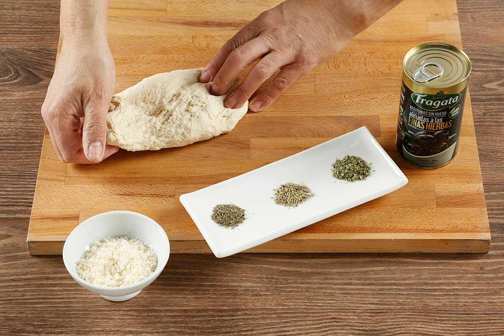 Paso 3 grisines con aceitunas, parmesano y romero