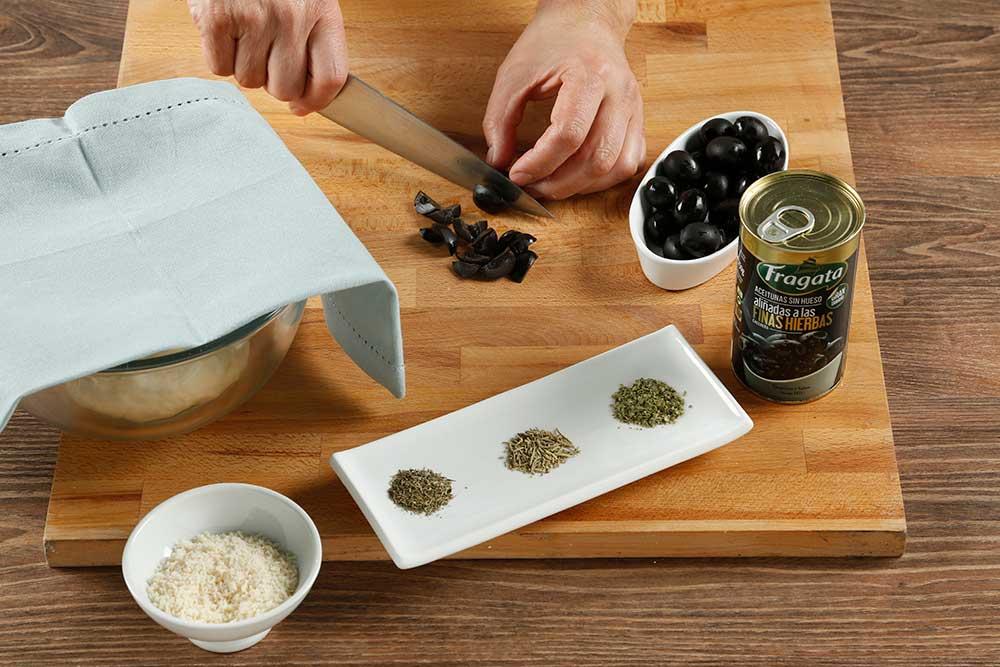 Paso 4 grisines con aceitunas, parmesano y romero