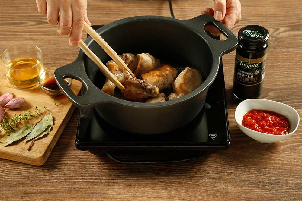Segundo paso de receta de pollo con aceitunas Fragata