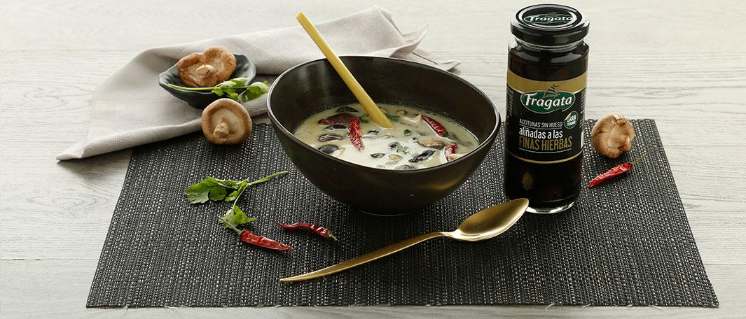 Sopa tailandesa con aceitunas negras