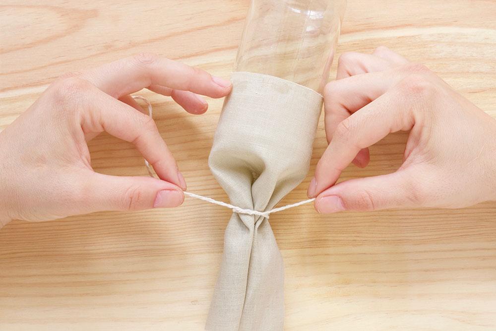 Paso 4: Juntamos el resto de tela y lo atamos con un trocito de cuerda