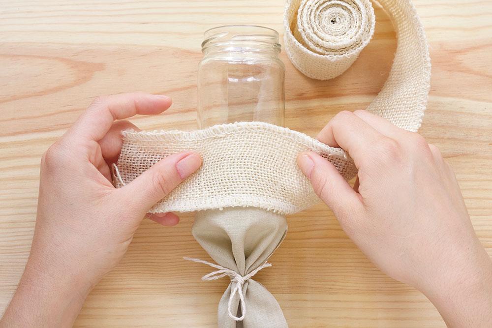 Paso 5: Embelleceremos la tela pegada poniendo una cinta decorativa de la misma manera que hemos dispuesto la tela.