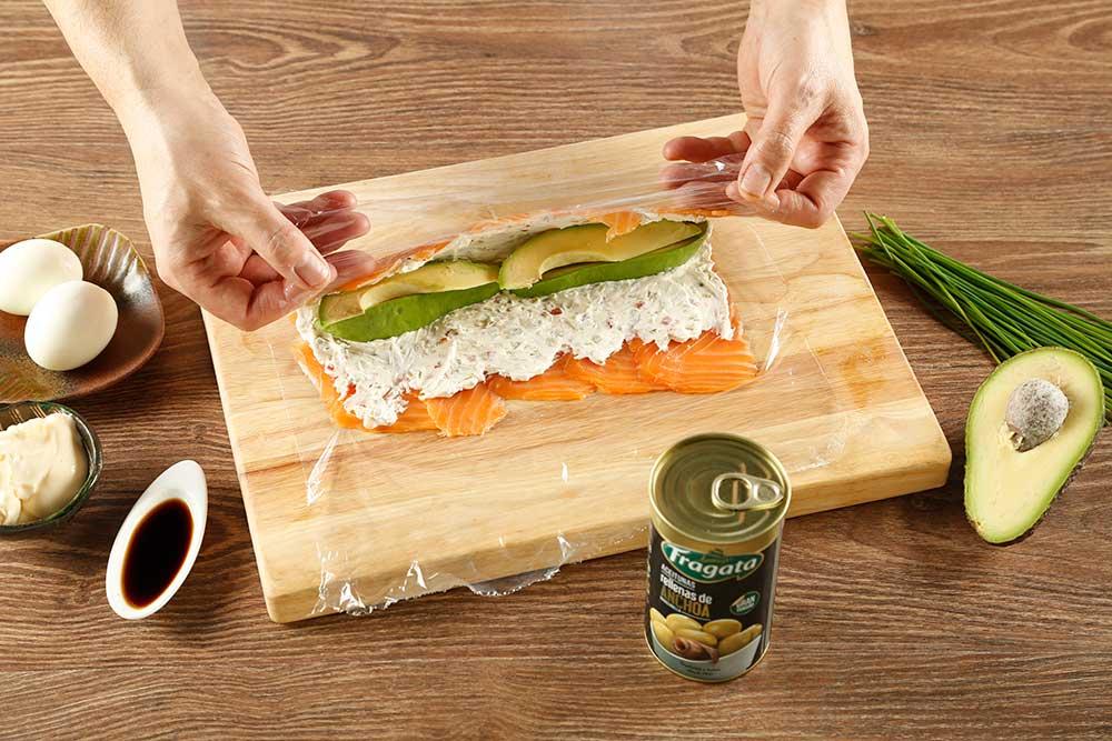 Paso 3 de falsos makis de salmón con aceitunas Fragata
